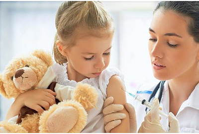 Arzt, der ein Kind im Krankenhaus untersucht