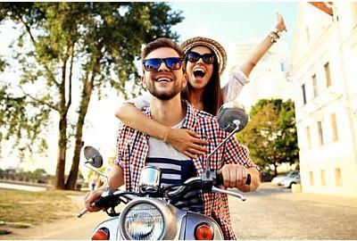 Ein paar verliebte Motorradfahrer , Handyboy und junge sexy Frauen reisen. Junge Reiter amüsieren sich auf Reisen. Abenteuer- und Urlaubskonzept.