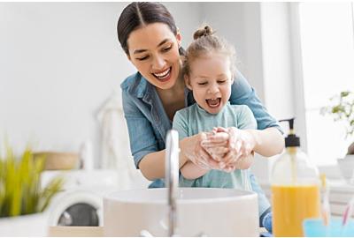 Ein süßes kleines Mädchen und ihre Mutter waschen sich die Hände. Schutz gegen Infektionen und Viren.