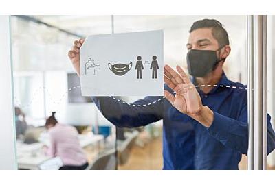 Geschäftsmann mit Gesichtsmaske aufgrund von Covid-19