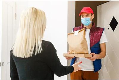 Lieferung von Nahrungsmitteln an Menschen in einer Wohnung