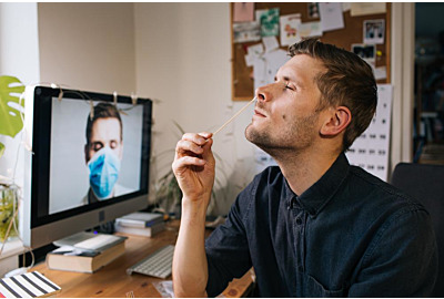 Man-Selbsttest für COVID-19-Heimtestkit. Coronavirus Nasenschleimhautentest auf Infektion. Telemedizin und Telehealth-Vertrieb von Gesundheitsdienstleistungen online. Internetarzt bei Videoanruf
