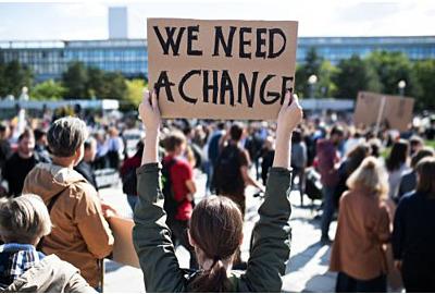 Menschen mit Plakaten und Plakaten im globalen Streik für den Klimawandel