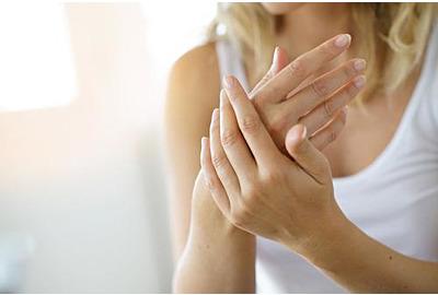 Nahaufnahme von Händen der Frau, die eine Feuchtigkeitscreme aufträgt