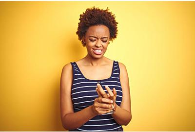 afrikanische Amerikanerin mit Sommerhemd auf isoliertem gelbem Hintergrund