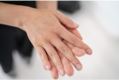 Handanisierer Corona-Virus COVID-19 Alkoholgel verhüten für Handhygiene-Vorbeugung. Frauen Reiben Seife in Handflächen, um die Hände zu reinigen.